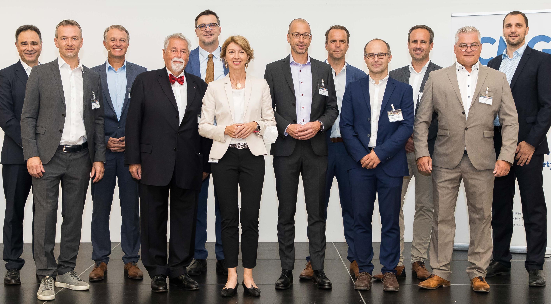 Foto 1: LHStvin. Drin. Gaby Schaunig mit Heinz Pabisch, CMG/aggfa und Vortragenden beim Fiberday 2021.